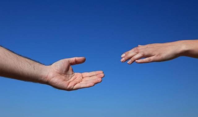 Hænder der rækker ud efter hinandne