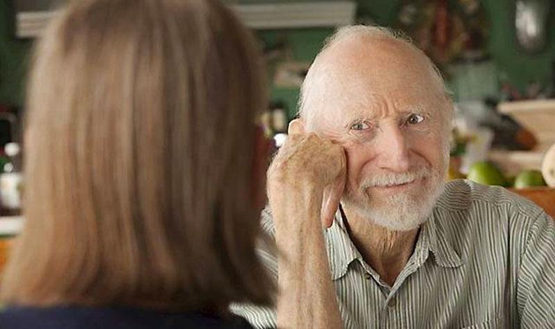 Ældre mand har en samtale med en kvinde