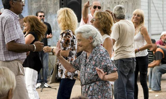 Ældre kvinder nyder livet og danser på et torv