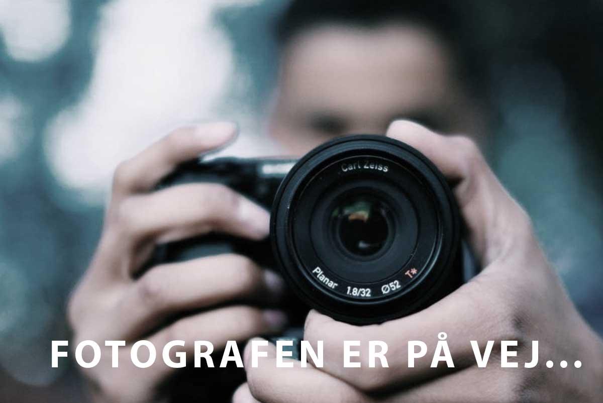 Billede af et kamera med teksten fotografen er på vej