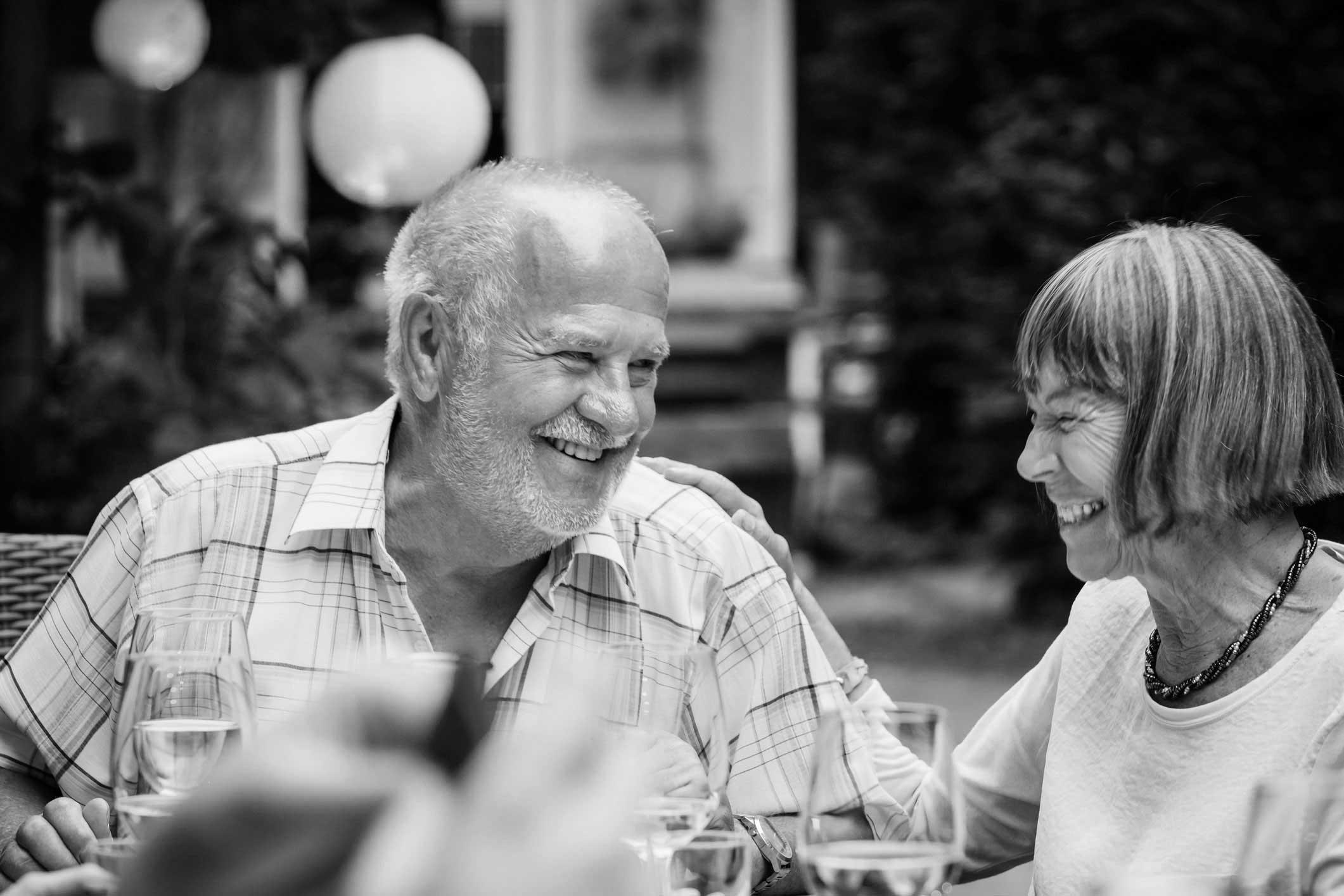 Ældre smilende ægtepar hygger sig på restaurant