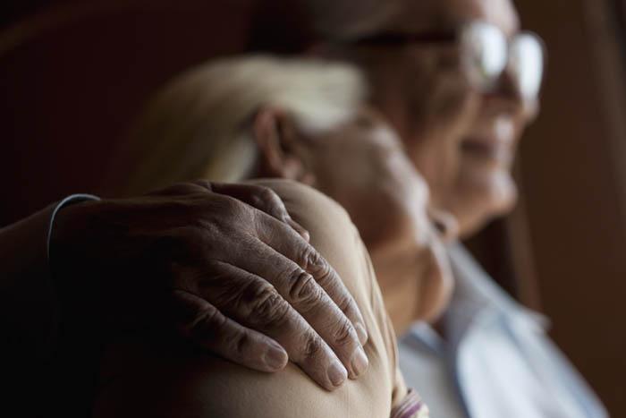 Ældre ægtepar holder om hinanden