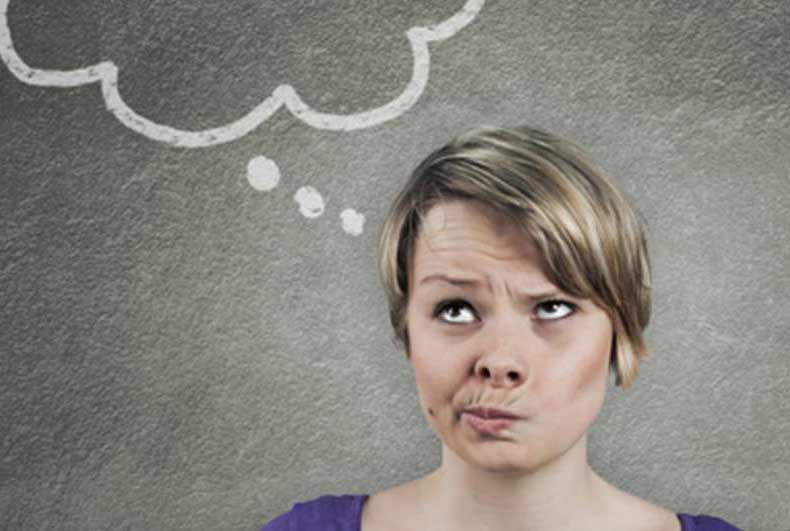 Kvinde tænker sig om med tænkebobbel